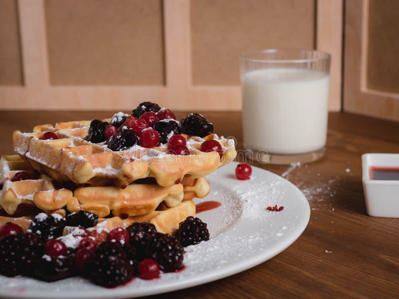 Waffles belgas com bagas leite syrup Tabela de madeira fotografia de stock royalty free