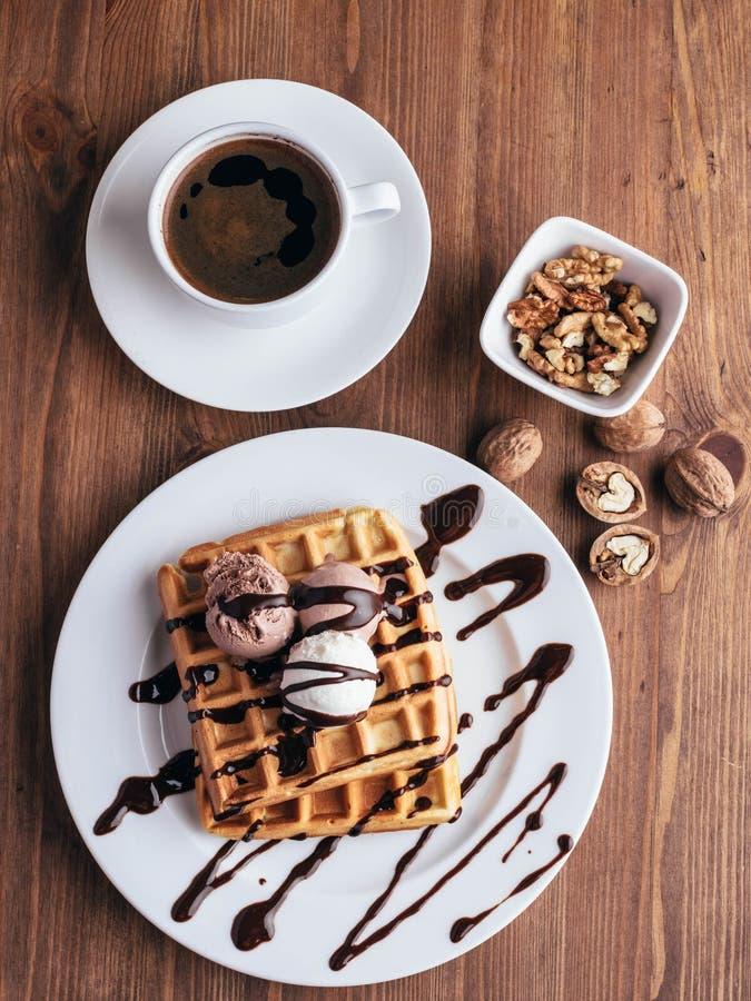 Waffles belgas com gelado Chocolate e porcas Tabela de madeira Rustik fotografia de stock royalty free