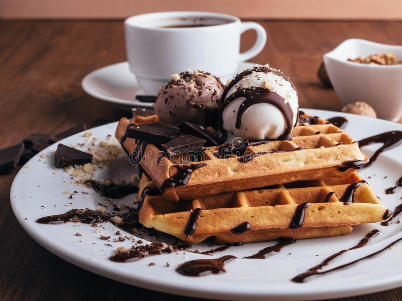 Waffles belgas com gelado Chocolate e porcas Tabela de madeira Rustik imagem de stock royalty free