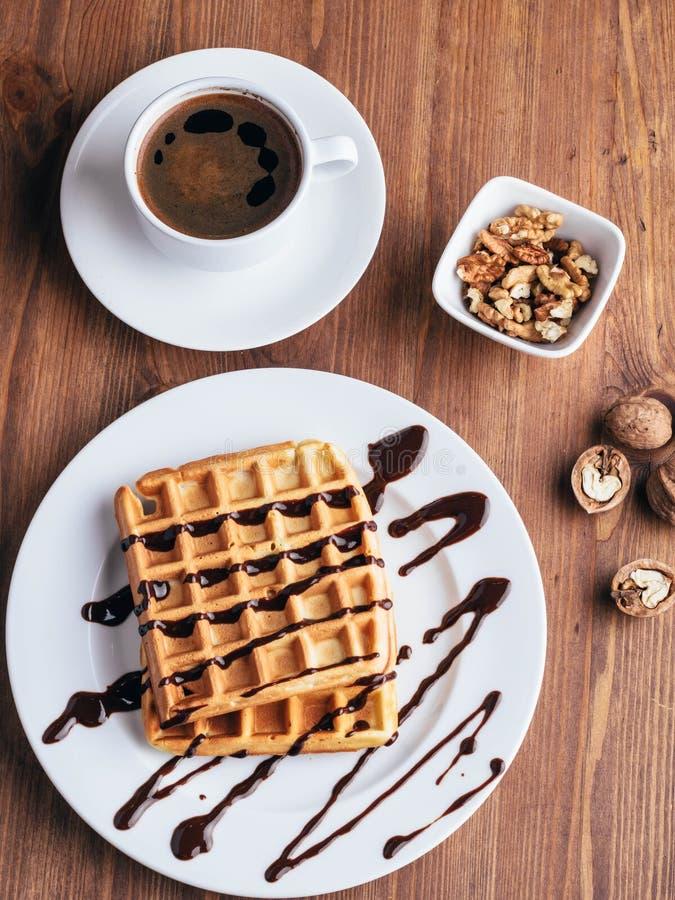 Waffles belgas com gelado Chocolate e porcas Tabela de madeira Rustik fotos de stock royalty free