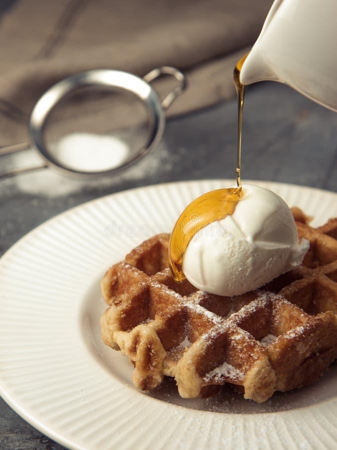 Waffles belgas com gelado e caramelo de baunilha imagem de stock