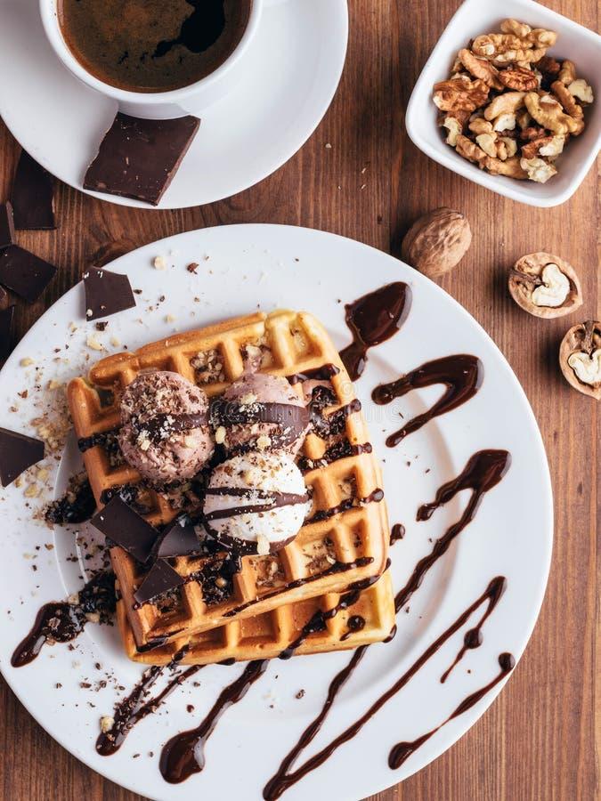 Waffles belgas com gelado e coffee-5 fotografia de stock