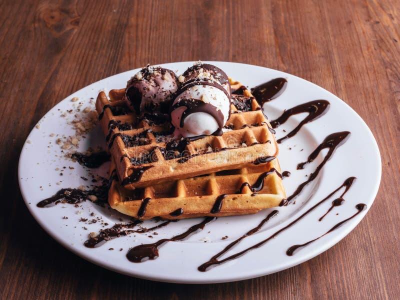 Waffles belgas com gelado e coffee-3 fotos de stock