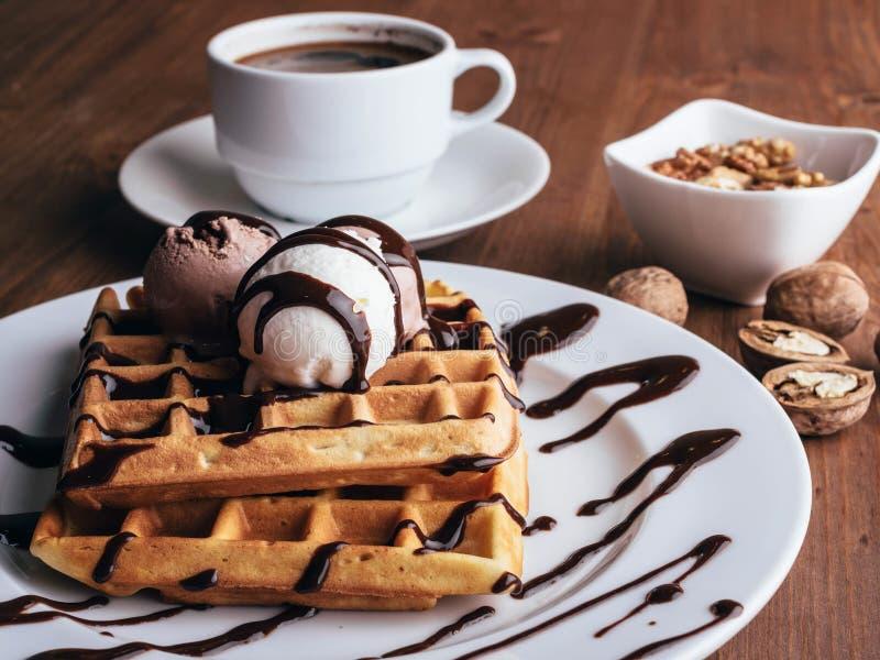 Waffles belgas com gelado e coffee-2 fotografia de stock
