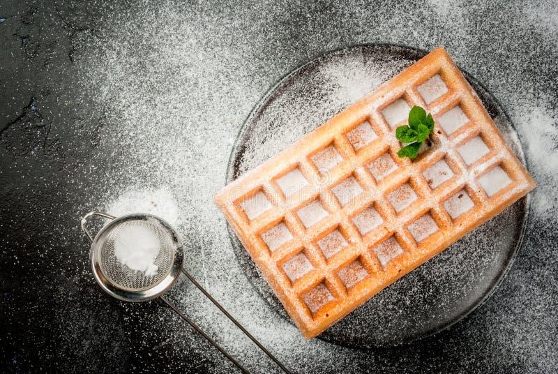 Waffles belgas, polvilhados com o açúcar pulverizado fotos de stock royalty free
