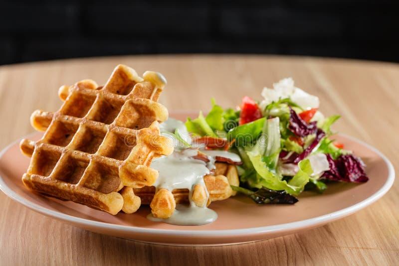 Waffles belgas saborosos com molho e salada de queijo fotos de stock royalty free