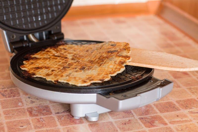 Waffles caseiros com cebolas, os cogumelos e queijo fritados imagens de stock royalty free