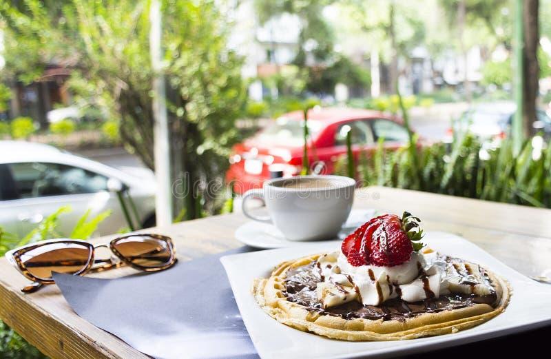 Waffles com gelado e café fotos de stock royalty free