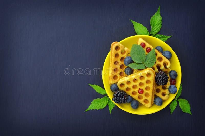 Waffles com mirtilo fresco Alimento saboroso Close-up Waffles sobre foto de stock royalty free