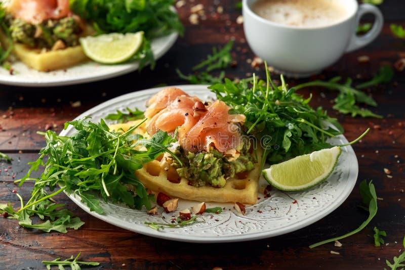 Waffles da batata com guacamole e salmão fumado do abacate para o café da manhã imagens de stock