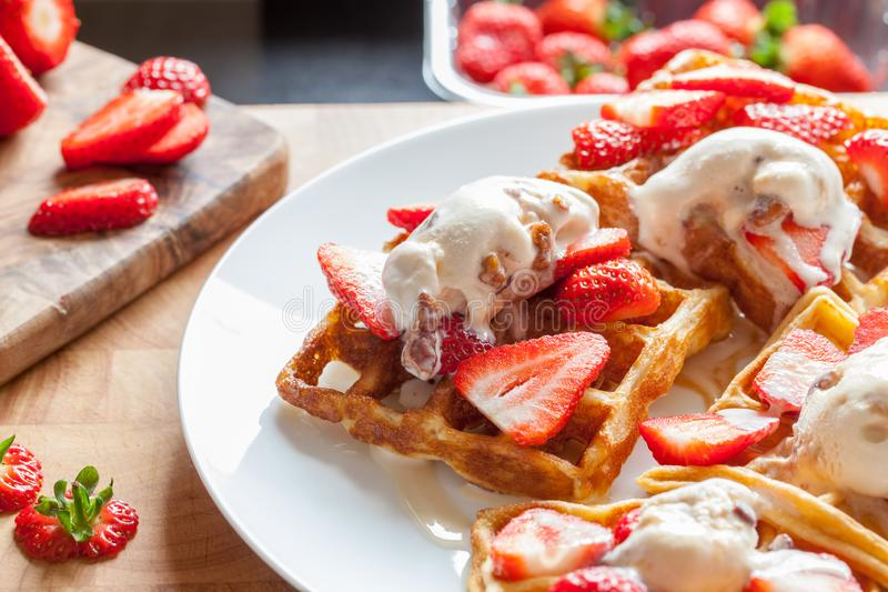 Waffles da morango Preparação doce da sobremesa Serviço com gelado casa-feito foto de stock royalty free