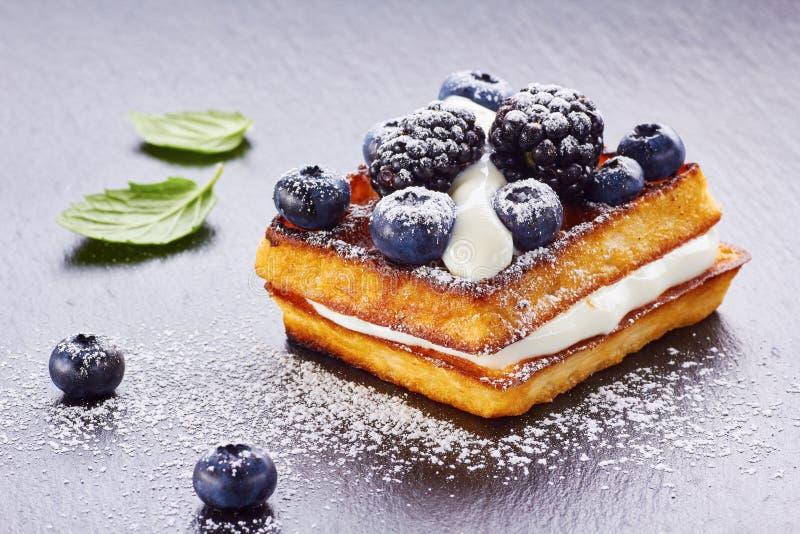 Waffles de Bélgica com as bagas de creme e frescas fotos de stock royalty free
