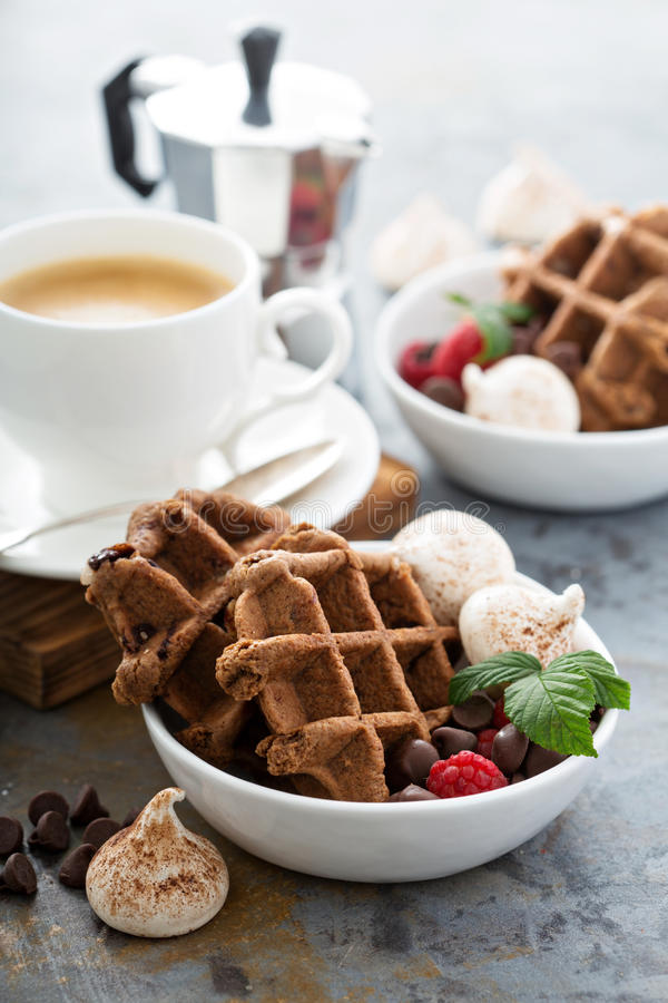 Waffles do chocolate com merengues e café fotografia de stock royalty free