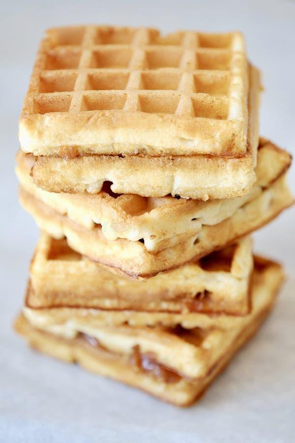 Waffles frescos deliciosos enchidos com leite condensado imagens de stock