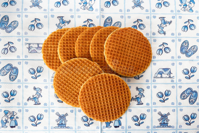 Waffles holandeses no fundo do azul de Delft fotografia de stock royalty free