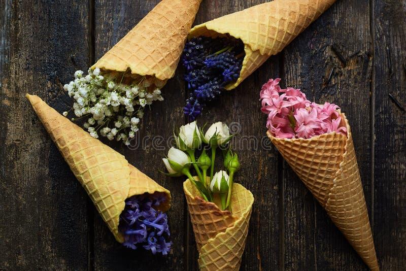 Waffles para o gelado com flores imagem de stock royalty free