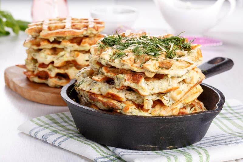 Waffles vegetais saborosos com queijo e ervas fotografia de stock