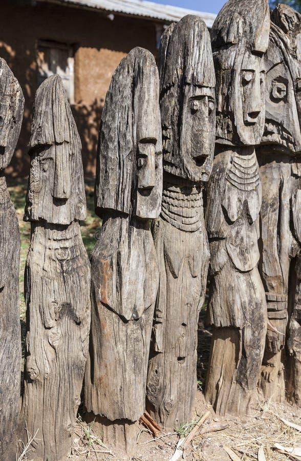 Waga - marcadores graves de madera tallados Arfaide (cerca del quilate Konso) etiopía imagenes de archivo