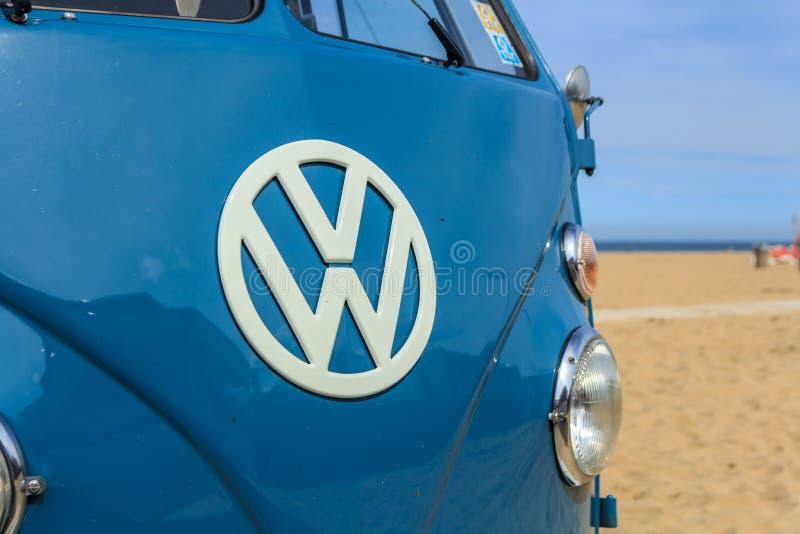 Wagen τροχόσπιτων kombi της VW στην παραλία στοκ εικόνα