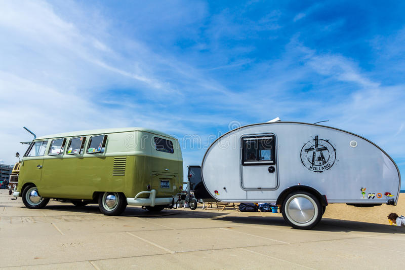 Wagen del campista del kombi de VW y remolque verdes de la lágrima fotografía de archivo libre de regalías