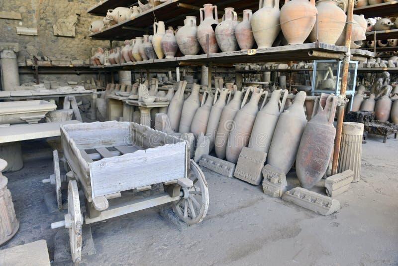 Wagen en amphorae in het museum in Pompei stock afbeelding