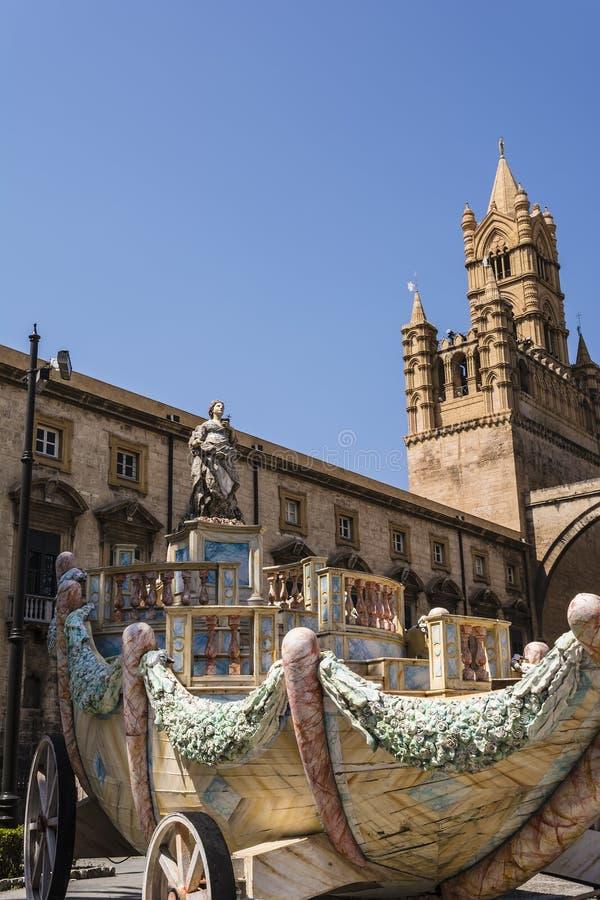 Wagen Santa Rosalie dichtbij de kathedraal op Palermo, Sicilië, Italië stock foto's