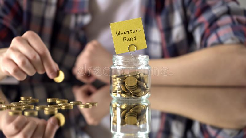 Wagen Sie Kapitalsphrase über Glasgefäß mit Geld, Einsparungen für Hobby, Interessen lizenzfreies stockfoto