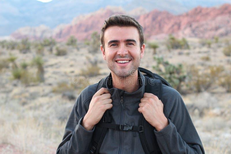 Wagen Sie, reisen Sie, Tourismus, Wanderung und Leutekonzept - bemannen Sie das Halten seines Rucksacks, der in den felsigen Berg stockbilder