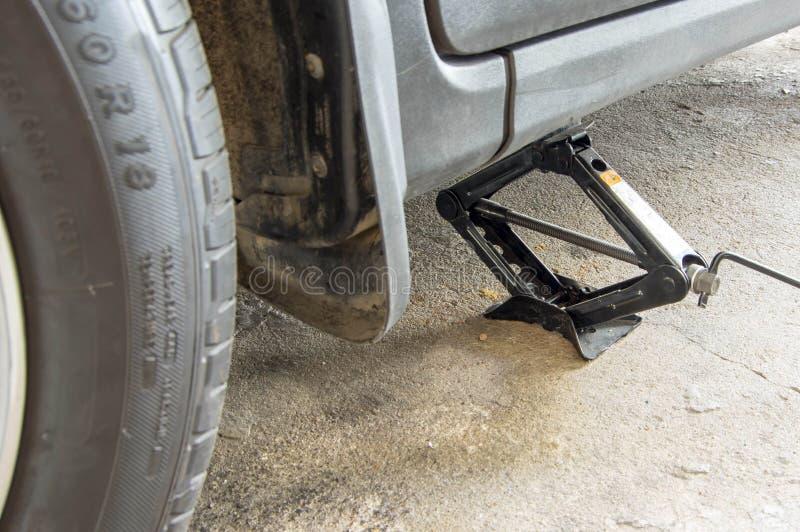Wagenheber oben für das ändernde oder reparierende Rad stockfoto