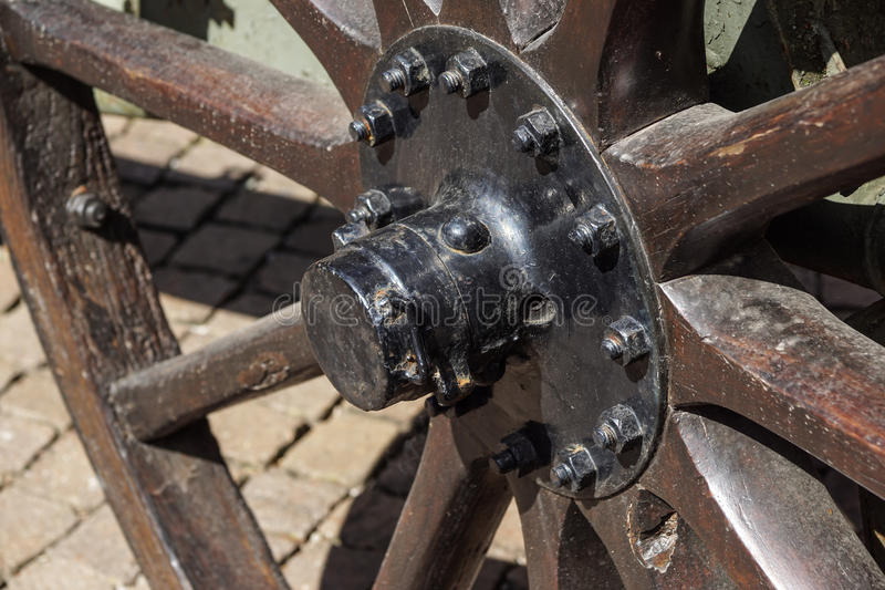 Wagenrad-, -stroh- und -straßenhintergrund der Weinlese hölzerner stockbild