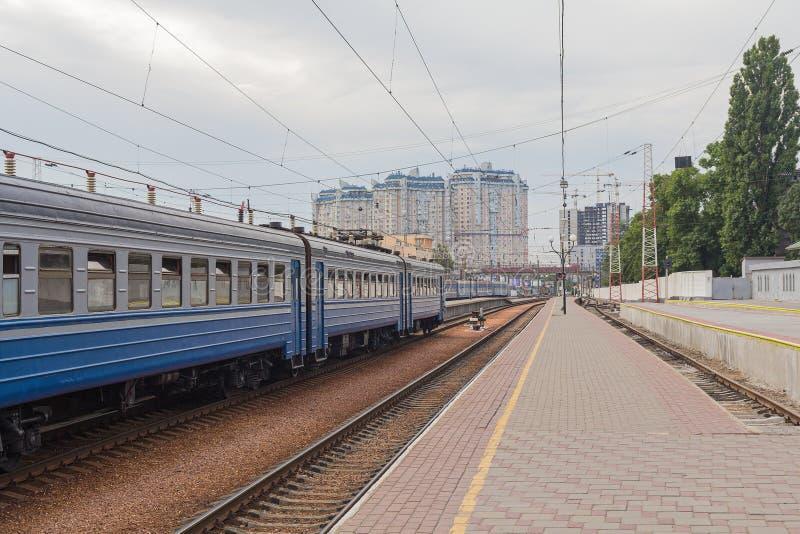 Wagens in een station en een leeg platform royalty-vrije stock afbeeldingen