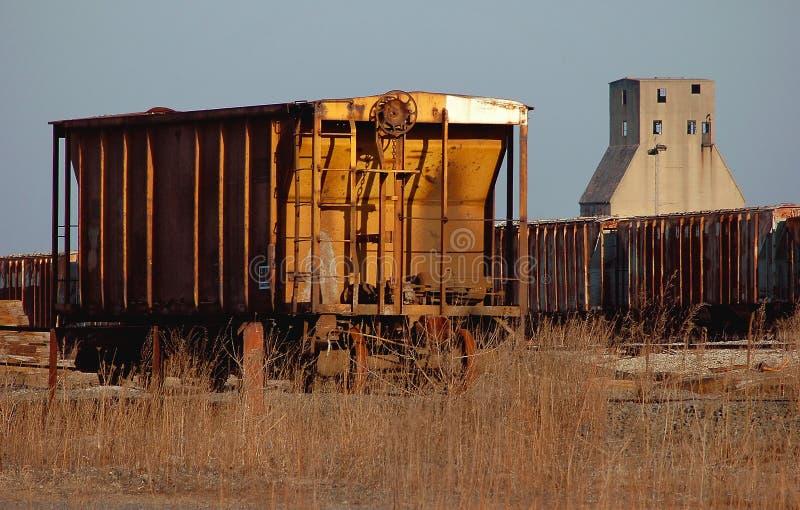 Wagon ferroviaire et silo photos stock