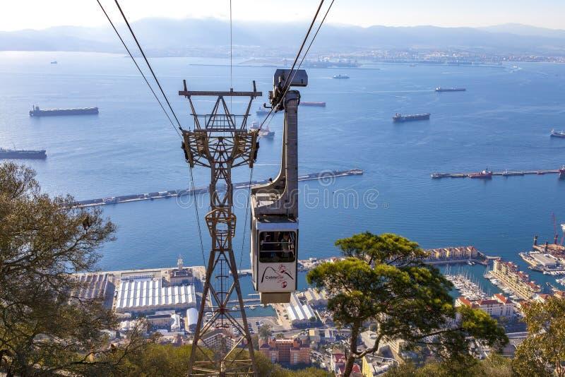 Wagon kolei linowej przyjeżdża przy wierzchołkiem skała Gibraltar dokąd turyści obraz stock