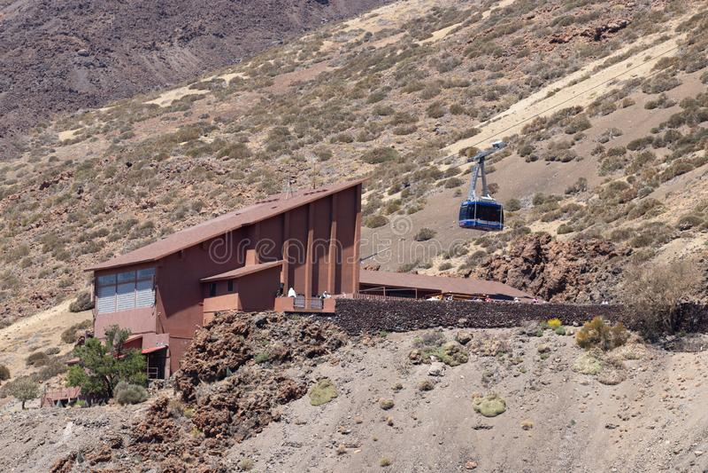 Wagon kolei linowej stacja przy stopą Teide wulkan Błękitna kabina zaczyna wspinać się wierzchołek Park Narodowy Teide, Tenerife, obrazy royalty free