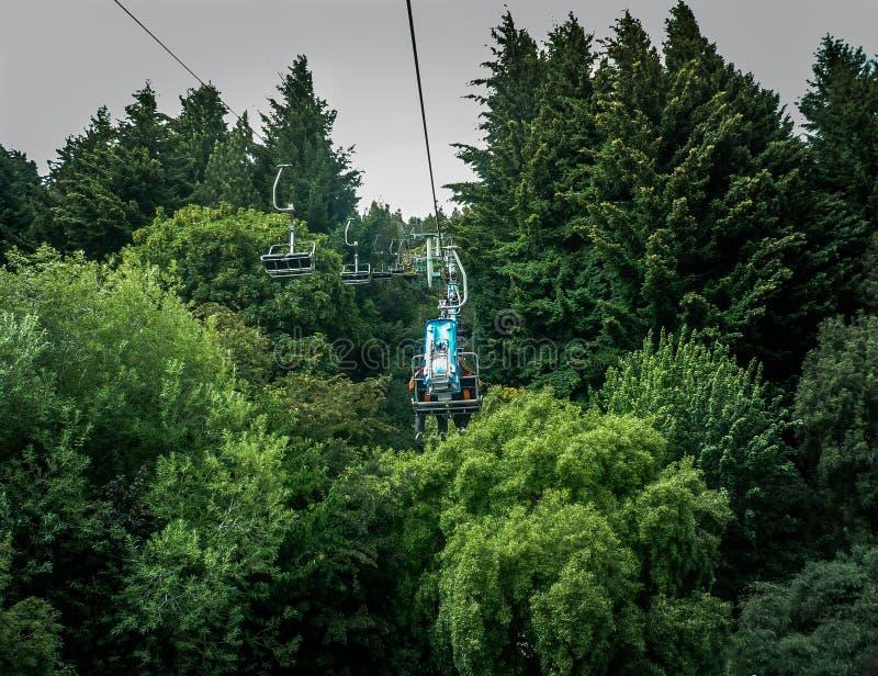Wagon kolei linowej w drzewach obrazy royalty free