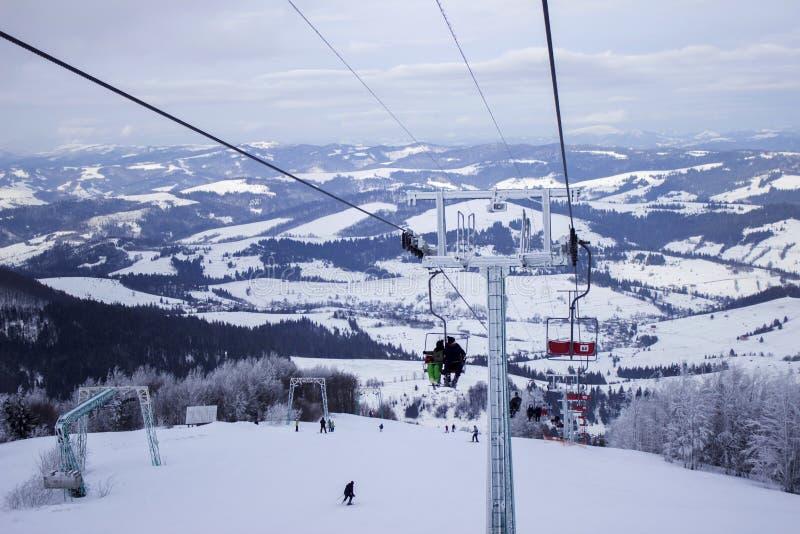 Wagon kolei linowej z narciarkami w górach, zima wakacje, kniaź Carpathians zdjęcie stock