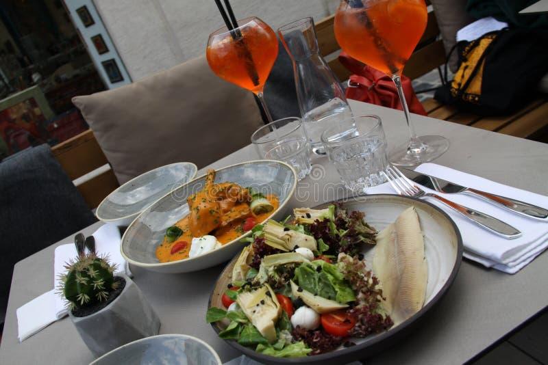 Wagon-restaurant coloré avec le paprikash photo stock