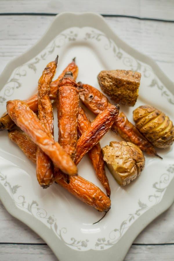 Wagon-restaurant cuit de carottes et de pommes de terre image libre de droits