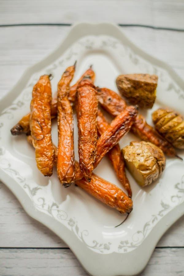 Wagon-restaurant cuit de carottes et de pommes de terre images libres de droits