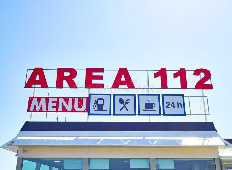 Wagon-restaurant d'une station service sur une autoroute européenne images libres de droits