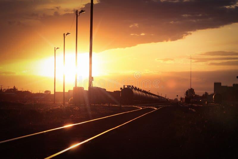 Wagons-citernes de pétrole brut prêts pour le transport photographie stock