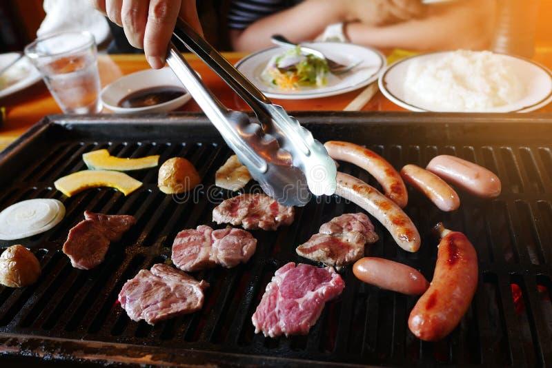 Wagyu mięsa, warzywa i kiełbasy yakiniku grill, piec na grillu na piekarniku obraz royalty free
