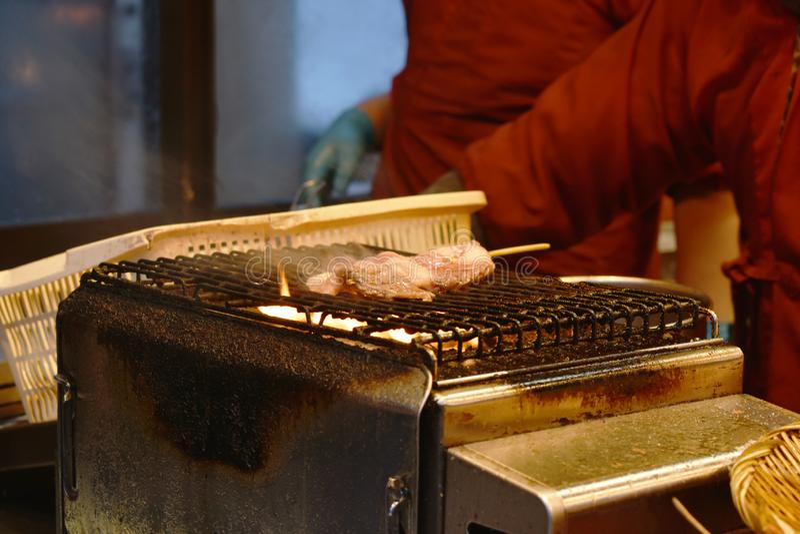 Wagyu nötköttgrillfest som sticker i träpinnen som lagar mat på grillad ugngatamat på Hokkaido Japan royaltyfri foto