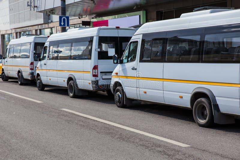 Wahadłowów autobusy przy przystankiem autobusowym fotografia stock
