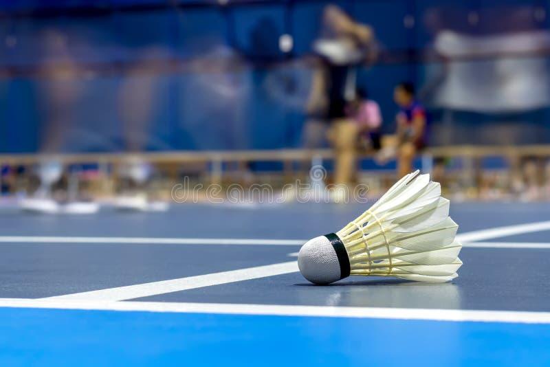 Wahadłowa koguta badminton w błękitnym sądzie zdjęcia stock