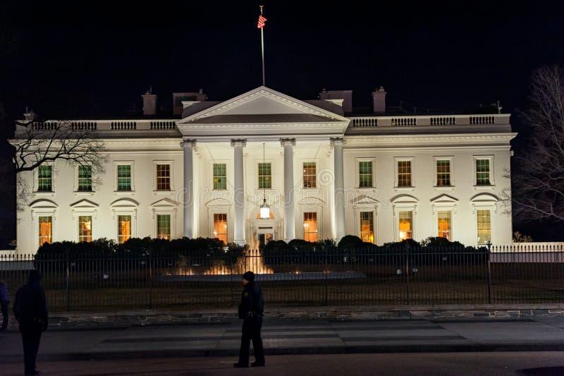 WAHINGTON D C - JANUARI 09, 2014: Vita Huset på natten Med polisen i förgrund royaltyfri fotografi
