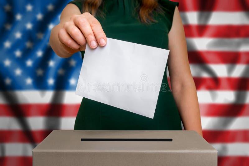 Wahl in USA - wählend an der Wahlurne lizenzfreies stockbild