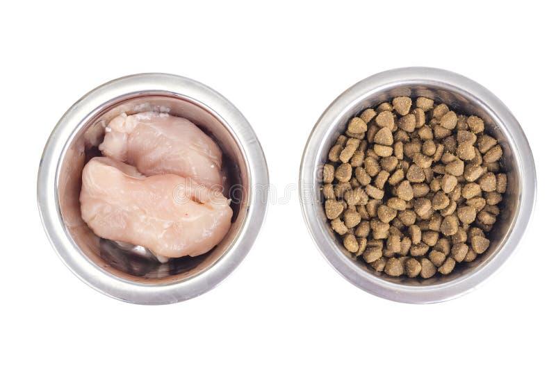 Wahl zwischen natürlichem Fleisch und trockener Nahrung für Haustiere lizenzfreie stockfotos