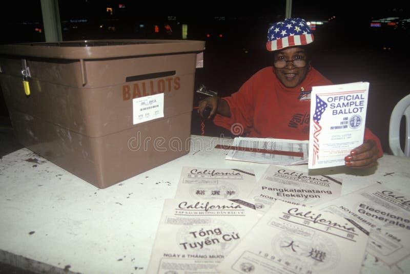Wahlfreiwilliger und Wahlurne in einem Wahllokal, CA lizenzfreies stockbild