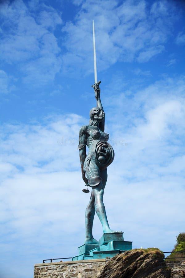 Wahrheitsregeneriertes, der künstlerische Verdienst Damien Hirst-` s riesiger Bronzestatue einer schwangeren Frau hat Meinungen i lizenzfreies stockfoto
